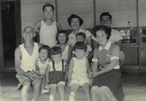 1955年頃 後列右端が茂、左端が一番弟子の勲、前列中央が長男 俊一