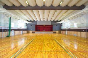 耐震補強後の西紀体育館の内観。迫力のある天井デザインが圧巻