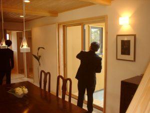 2005年 エアパス工法 のモデルハウスを視 察する竹村相談役