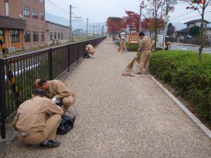 地域貢献の一環として、月1回の近隣清掃を続けている